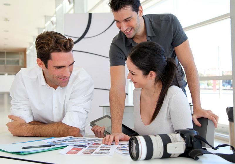 Réunion de travail en agence photographique